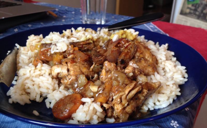 Ris, grönsaker, kött och höns.
