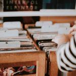 Händer som bläddrar igenom LP-skivor.