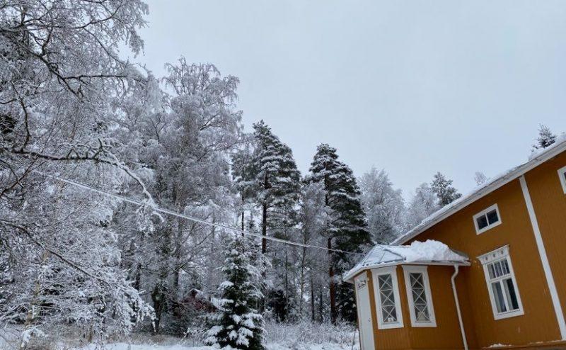 En gul stuga och ett snöigt vinterlandskap