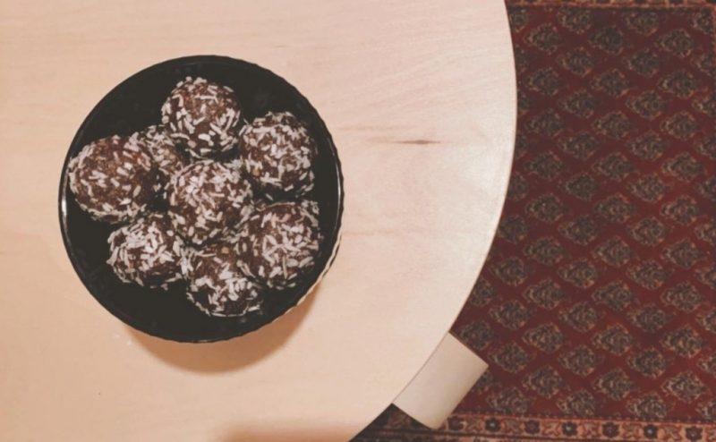 En skål med kokosbollar på ett bord.