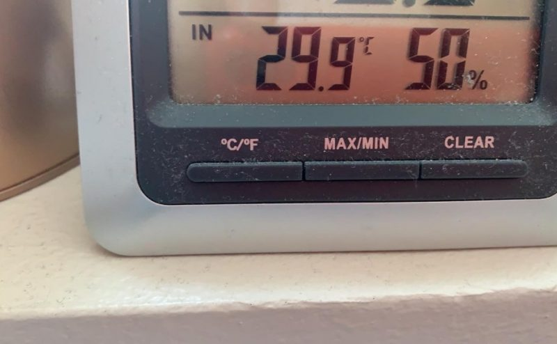 En termometer där det står 29,9 och 50%