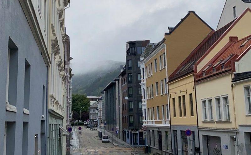 En gata med gamla byggnader.