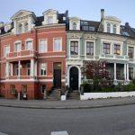 En rad färgglada hus.